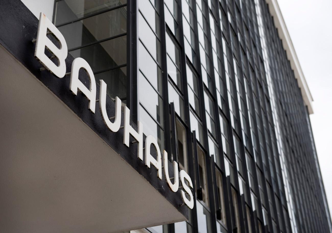 Εξωτερικό κτιρίου με πινακίδα στην οποία αναγράφεται το όνομα της σχολής Μπαουχάους