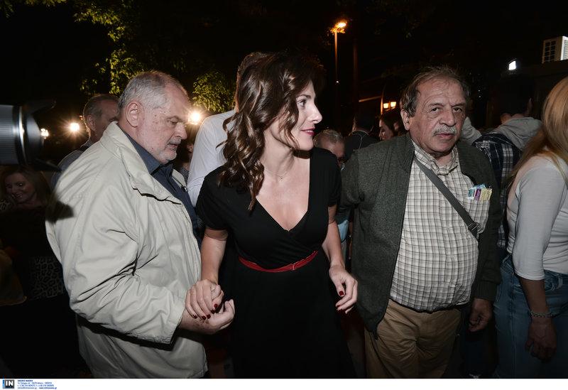 Η Μπέτυ Μπαζιάνα στην Κουμουνδούρου, δεξιά της ο Στέλιος Παππάς που την παρηγορούσε για το αποτέλεσμα