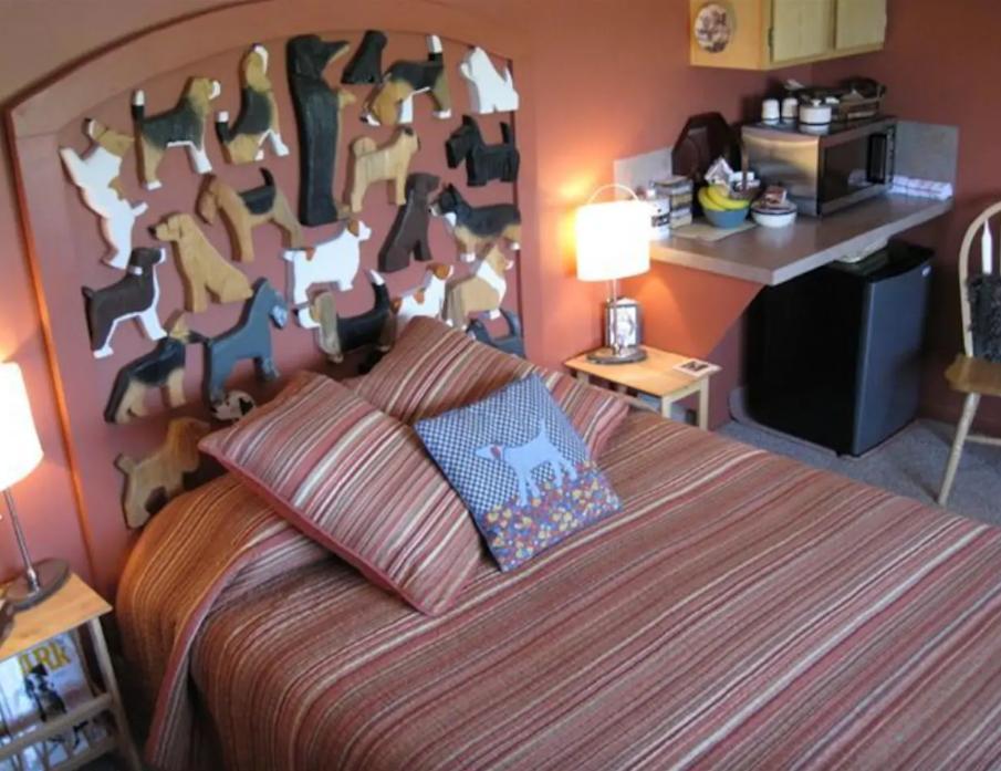 Παντού υπάρχουν ξύλινα σκυλάκια - ακόμη και στο προσκέφαλο του κρεβατιού