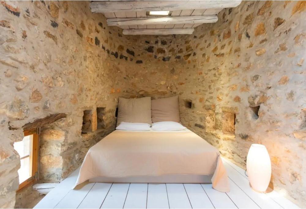 Η κρεβατοκάμαρα του ανεμόμυλου είναι απλή και λιτή και βρίσκεται στον πάνω όροφο