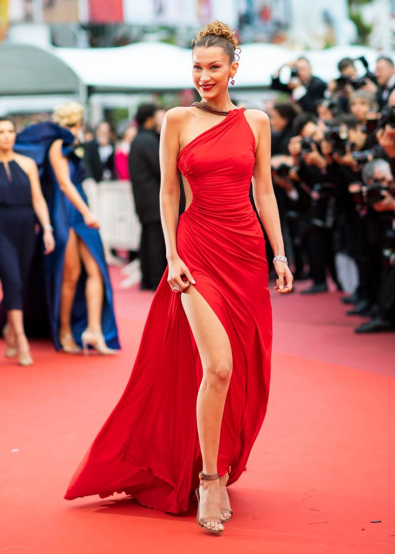 Μπέλα Χαντίντ με κατακόκκινο φόρεμα