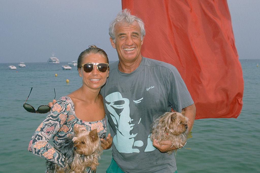 Ο Μπελμοντό και η σύζυγός του μπροστά στη θάλασσα με δύο σκυλάκια