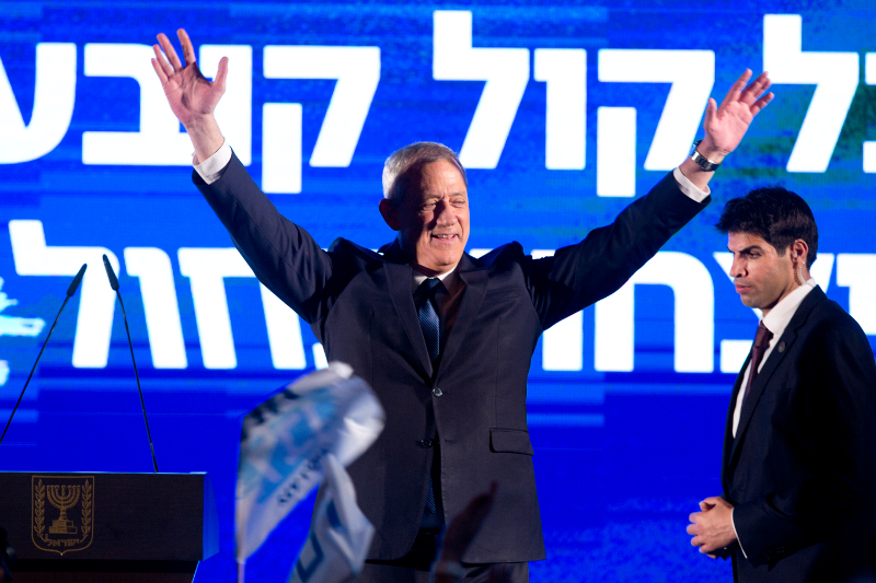 O ηγέτης του κεντρώου κόμματος Μπλε και Λευκοί Μπένι Γκαντς σε προεκλογική του συγκέντρωση στο Τελ Αβίβ την Κυριακή 7 Απριλίου.