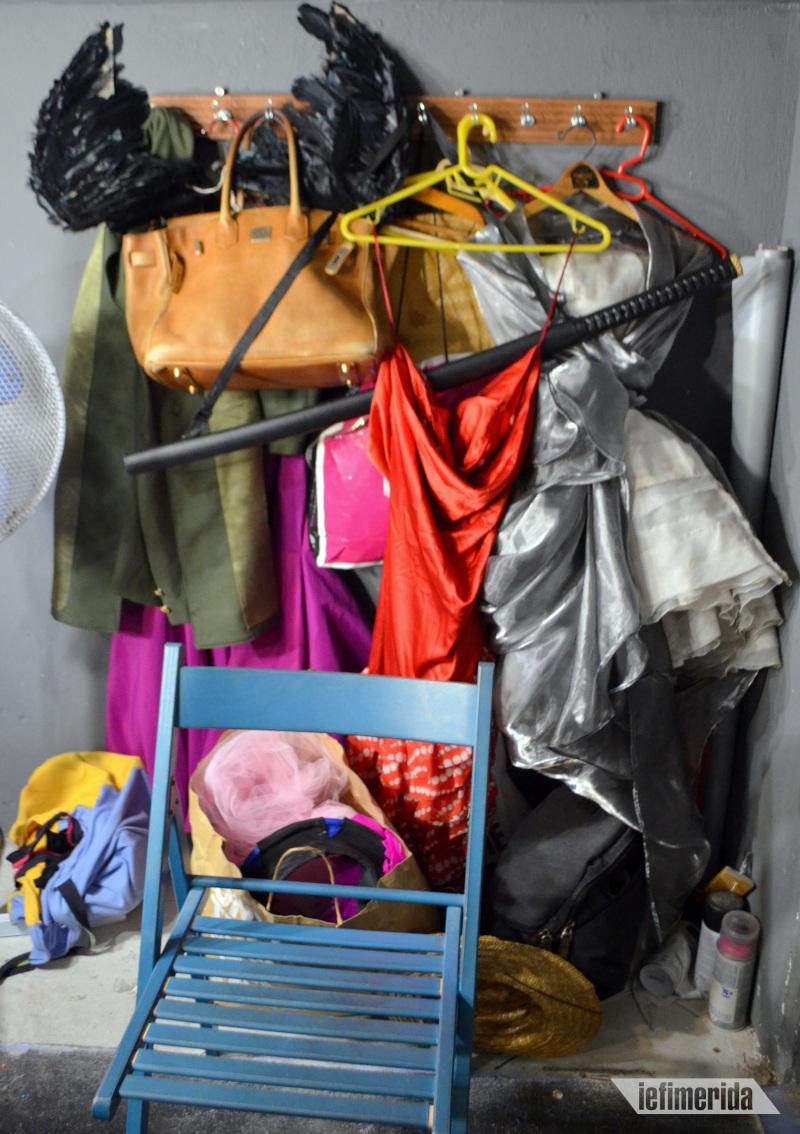 Φτερά, σπαθιά, τσάντες, φορέματα, καπέλα… Όλα σε ετοιμότητα για τα show.
