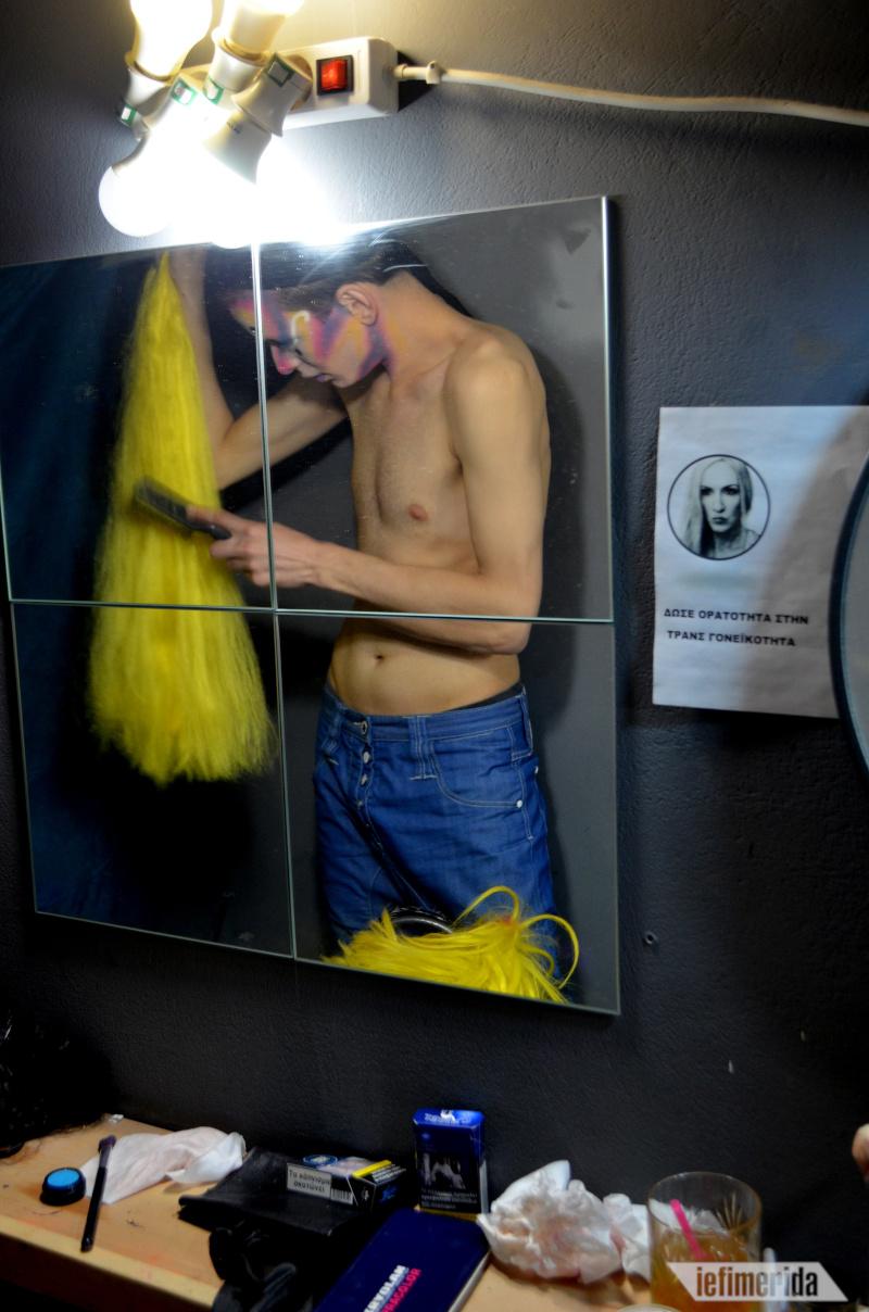 Ο Βασίλης ετοιμάζει την εντυπωσιακή περούκα της Darla Qubit.