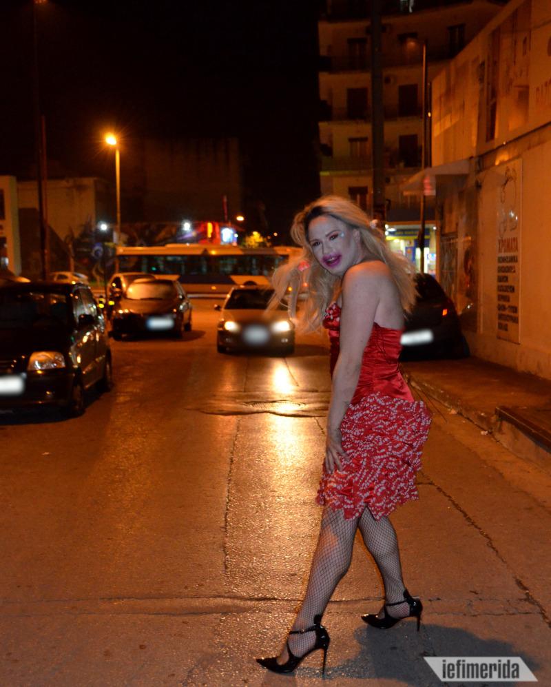 Η Φιλοθέη με το κατακόκκινο φόρεμα της.