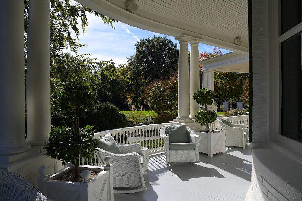 Η βεράντα της οικίας των αντιπροέδρων βλέπει σε απέραντι πράσινο / Φωτογραφία: GettyImages