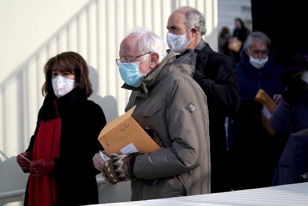 Ο Μπέρνι Σάντερς με τα ξεχωριστά γάντια και τον κίτρινο φάκελο / Φωτογραφία: AP Photos