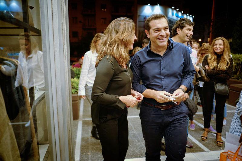Περιστέρα Μπαζιάνα και Αλέξης Τσίπρας έξω από τον κινηματογράφο «Δαναός» πριν ξεκινήσει η ταινία