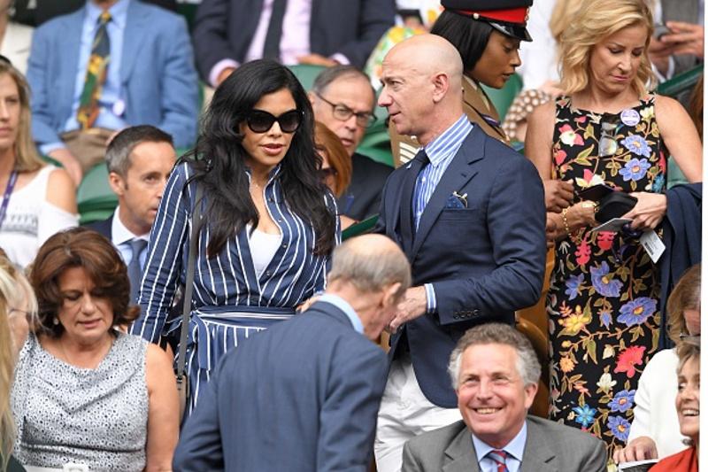Ο Τζεφ Μπέζος και η σύντροφός του στον τελικό του Γουίμπλεντον / Φωτογραφία: gettyimages.com