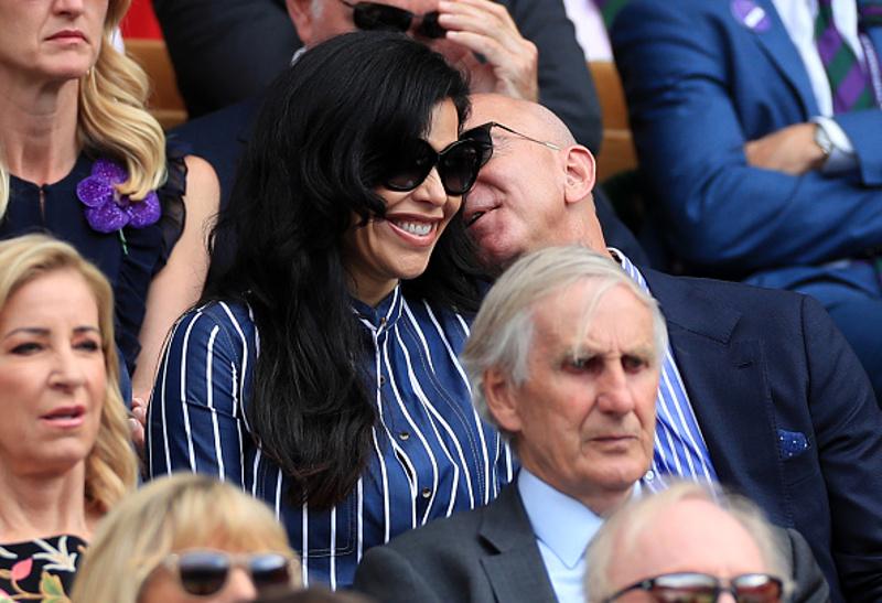 Τρυφερές στιγμές ανάμεσα στον Τζεφ Μπέζος και τη σύντροφό του / Φωτογραφία: gettyimages.com