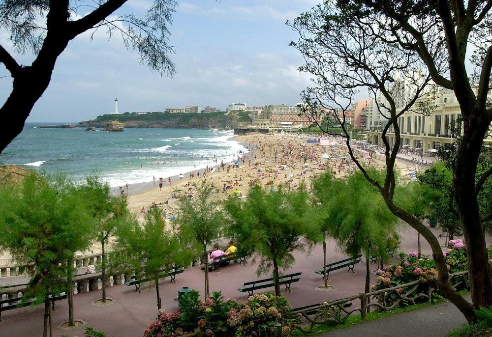 Οι παραλίες στην Μπιαρίτς είναι πάντα γεμάτες από κόσμο τα καλοκαίρια