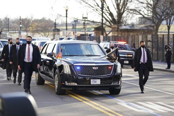 Ο Τζο Μπάιντεν και η σύζυγός του επιβιβάστηκαν στο «κτήνος» το προεδρικό αυτοκίνητο και κατευθύνθηκαν στο Λευκό Οίκο
