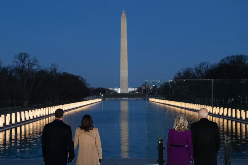 400 φώτα άναψαν κατά μήκος της πισίνας στο μνημείο Λίνκολν