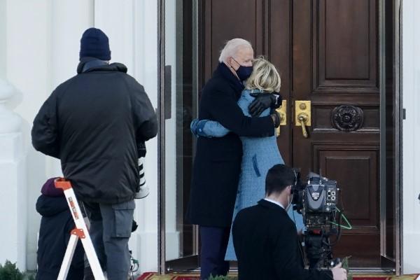 Ο Μπάιντεν φιλά  και αγκαλιάζει τη σύζυγό του έξω από την πόρτα του Λευκού Οίκου