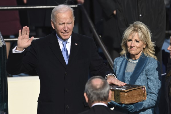 Ο Τζο Μπάιντεν ορκίζεται 46ος πρόεδρος των ΗΠΑ -Δίπλα η σύζυγός του, Τζιλ