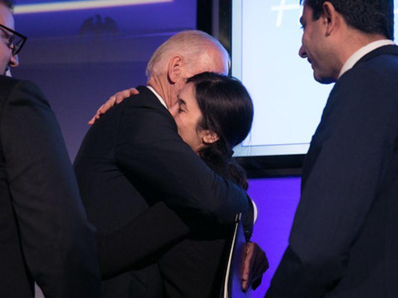 Ο Τζο Μπάιντεν αγκάλιασε τη Νάντια Μουράντ