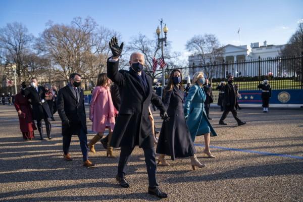 Ο Τζο Μπάιντεν χαιρετά τον κόσμο περπατώντας προς το Λευκό Οίκο