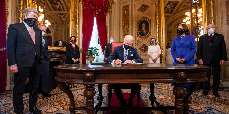Ο Τζο Μπάιντεν υπογράφει τα πρώτα διατάγματα