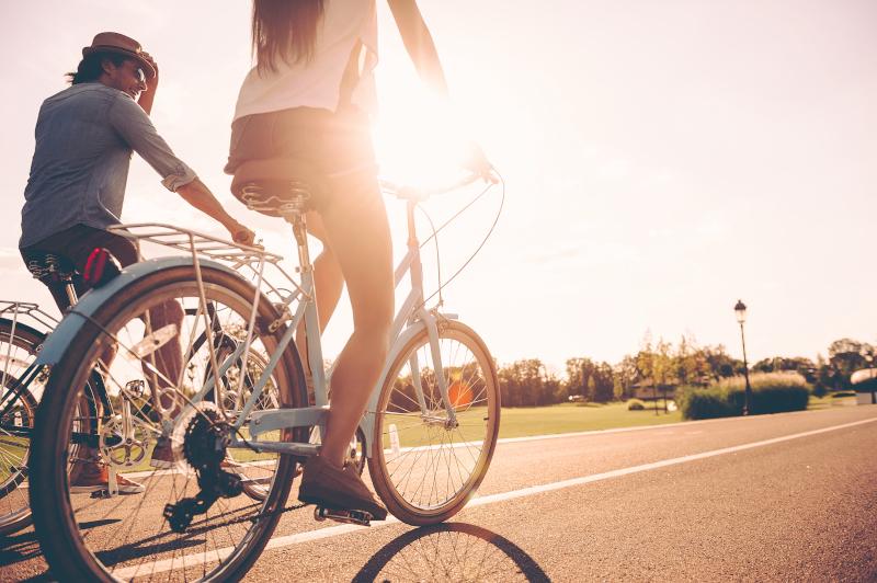 ζευγάρι κάνει ποδήλατο