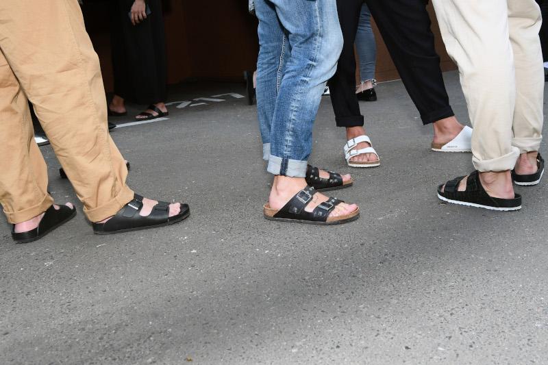 Άνδρες, γυναίκες και παιδιά: όλοι φορούν σανδάλια Birkenstock