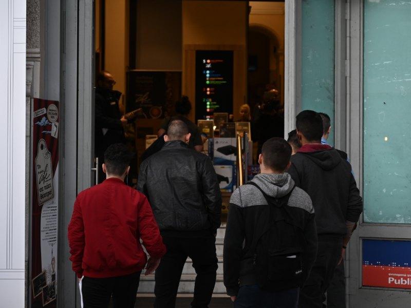 Σε κατάστημα στο Σύνταγμα οι πιτσιρικάδες μπήκαν πρώτοι πρώτοι για να ψωνίσουν
