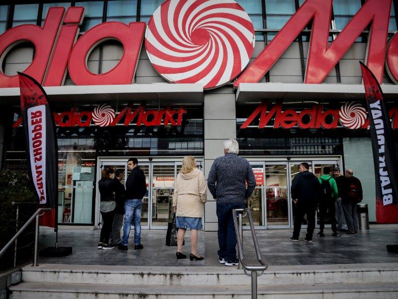 Καταναλωτές περιμένουν έξω από γνωστό κατάστημα να ανοίξουν οι πόρτες για την Black Friday