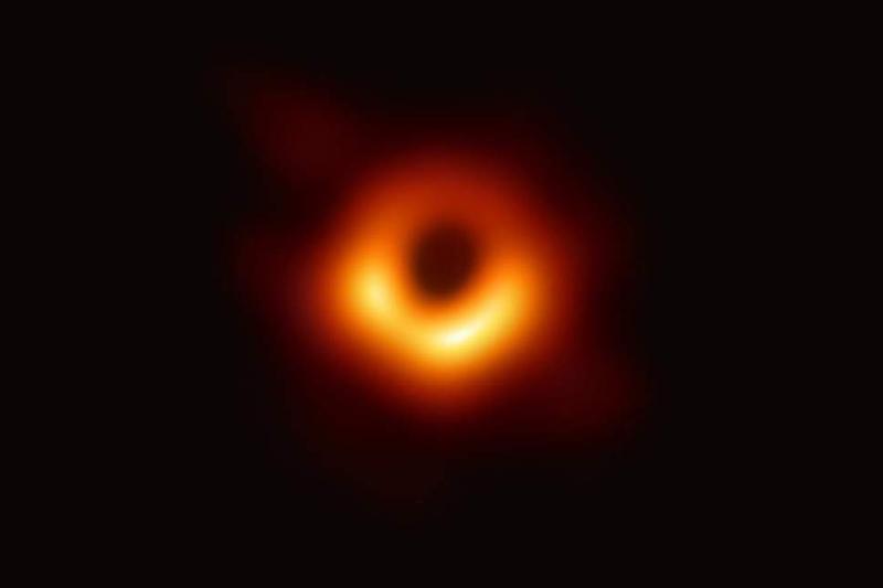 H ιστορική φωτογραφία, η πρώτη που απεικονίζει μια μαύρη τρύπα στα χρονικά.