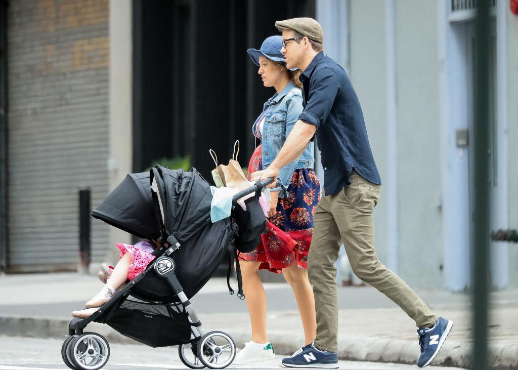 Μπλέικ Λάιβλι και Ράιν Ρέινολντς βόλτα με τη μικρή τους κόρη Ινέζ στη Νέα Υόρκη στις 19 Ιουνίου