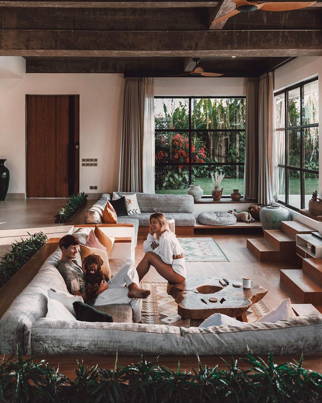 Εικόνα από το εντυπωσιακό σαλόνι του σπιτιού του Τζακ και της Λόρεν