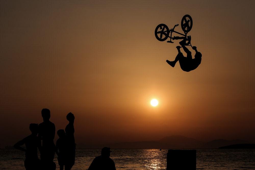 Καθώς έπεφτε ο ήλιο, οι εικόνες από τα άλματα των BMXαδων γίνονται ακόμη πιο εντυπωσιακές