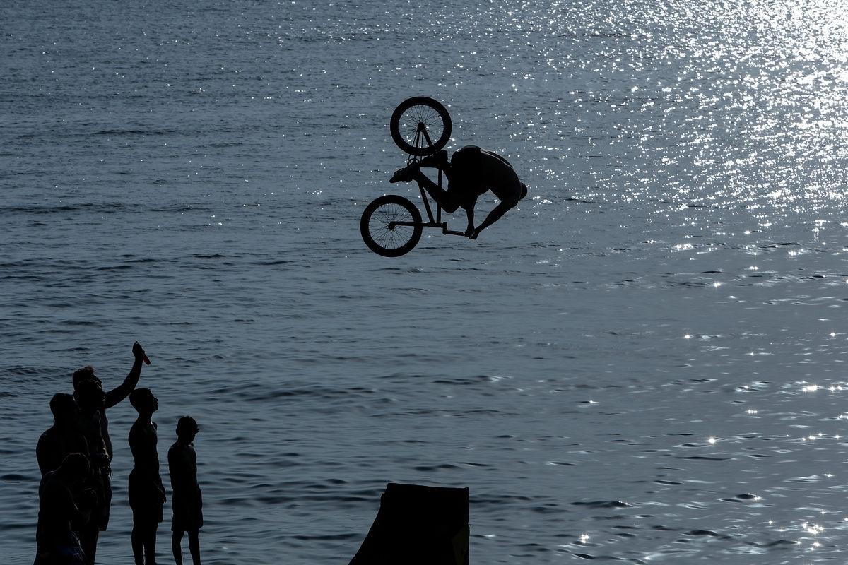 Οι φιγούρες στον αέρα με τα BMX προσφέρονται για εντυπωσιακές φωτογραφίες