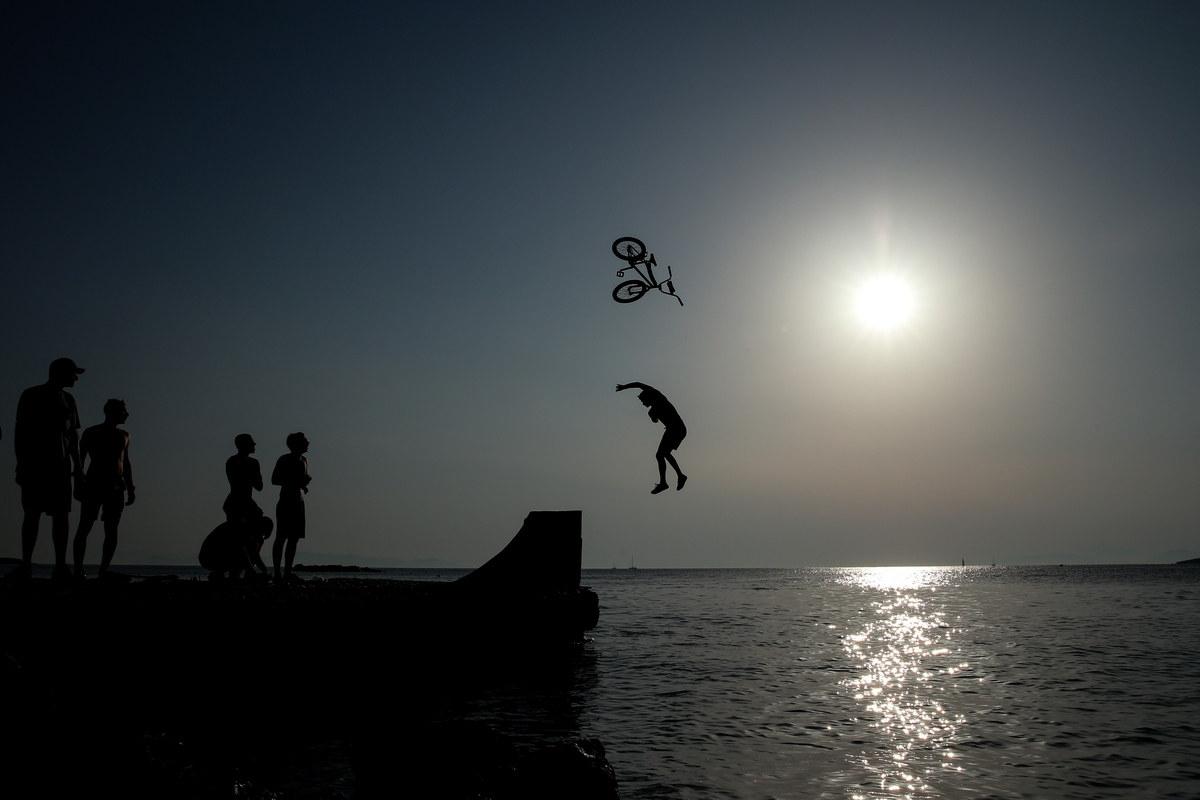 Υπήρξαν και φορές που ποδήλατο και αναβάτης χώριζαν στον αέρα, πριν ακουμπήσουν το νερό