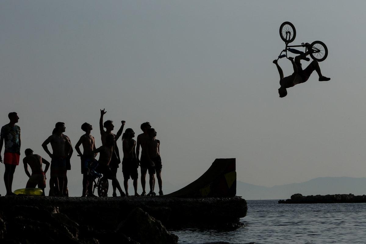 Οι BMXάδες βάλθηκαν να πραγματοποιήσουν τα πιο περίτεχνα άλματά τους πριν πέσουν μαζί με το ποδήλατο στη θάλασσα