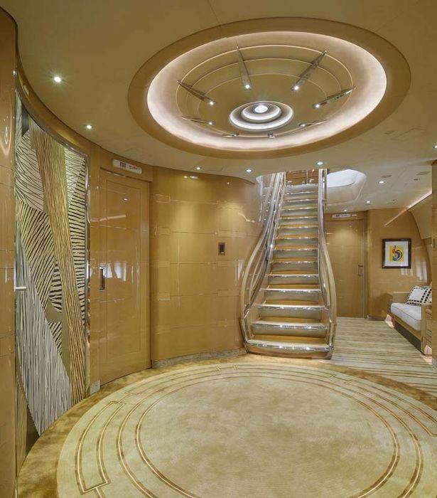 σκάλες στο εσωτερικό του πολυτελούς τζετ