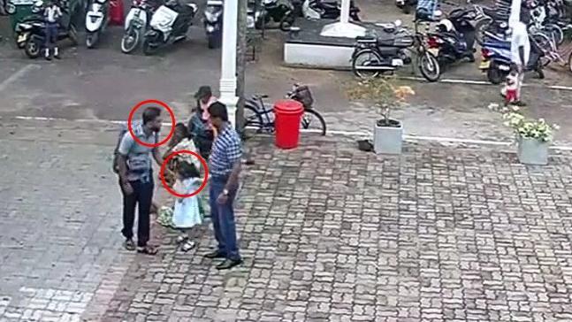 Η στιγμή που ο βομβιστής σταματά για να χαϊδέψει το κεφάλι του μικρού κοριτσιού, πριν σκορπίσει το θάνατο στο ναό του Αγίου Σεβαστιανού στη Σρι Λάνκα.