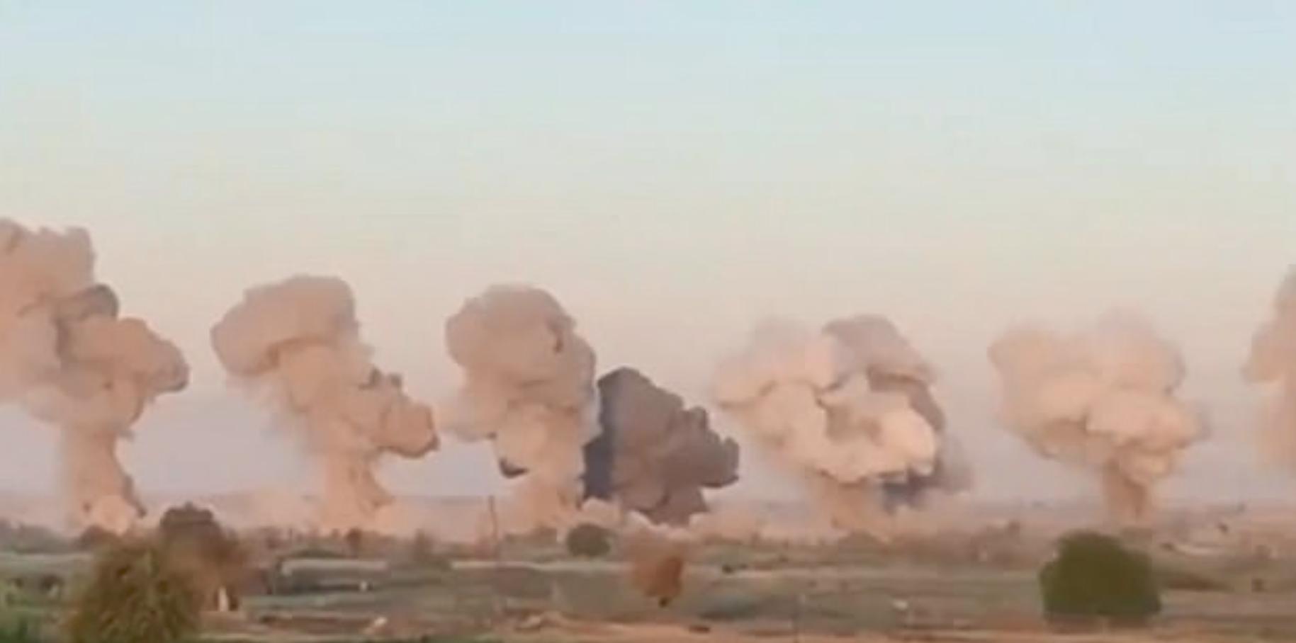 Μανιτάρια καπνού και σκόνης υψώθηκαν στον ουρανό μετά το βομβαρδισμό της σφηκοφωλιάς του ISIS.