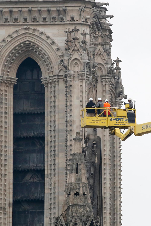 Τμήμα του καμπαναριού της Παναγίας των Παρισίων και εργασίες αποκατάστασης.