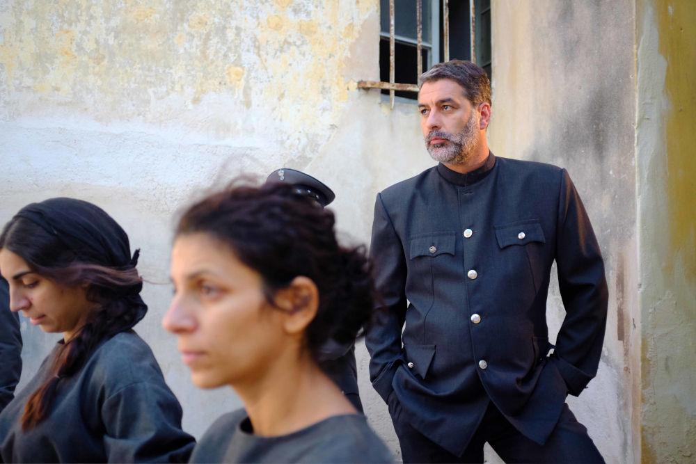 Ο διευθυντής των φυλακών Μάνος Βόσκαρης σε επόμενα επεισόδια της σειράς «Άγριες Μέλισσες»