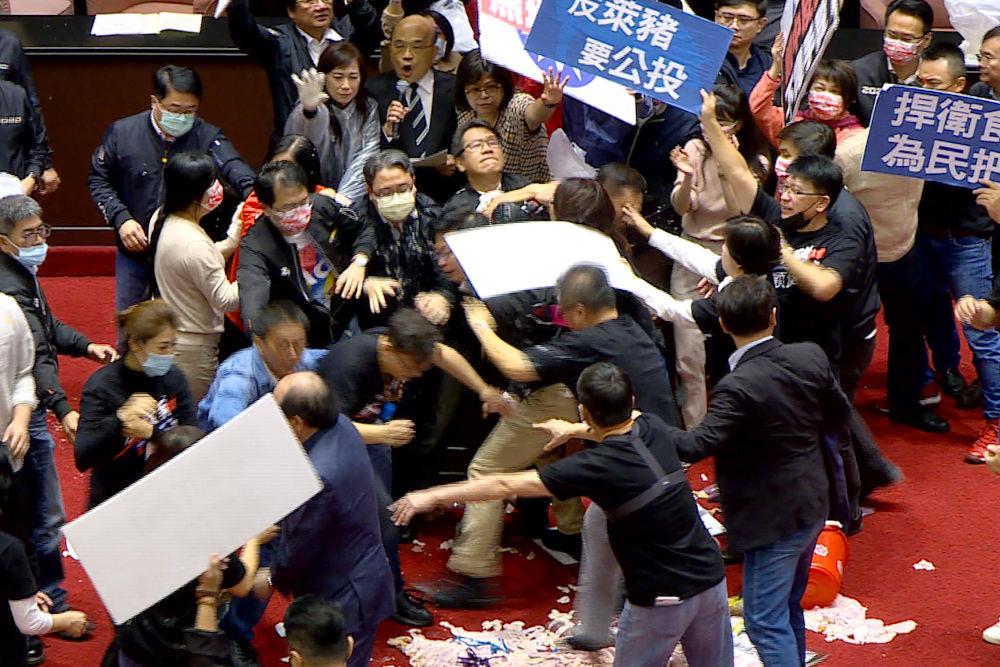 Στα χέρια πιάστηκαν οι βουλευτές στην Ταϊβάν μέσα στο κοινοβούλιο