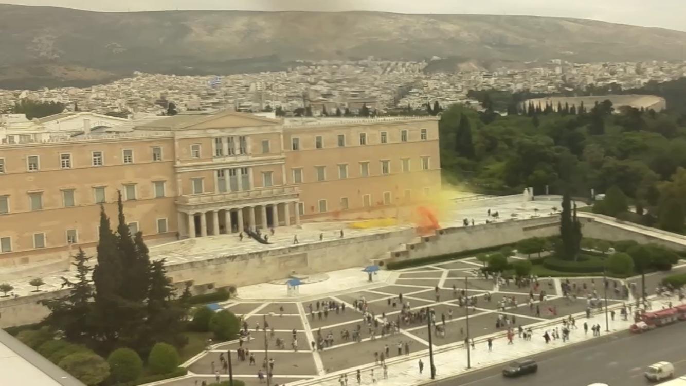 Κίτρινος και πορτοκαλί καπνός από τα καπνογόνα που έριξαν στη Βουλή τα μέλη του Ρουβίκωνα