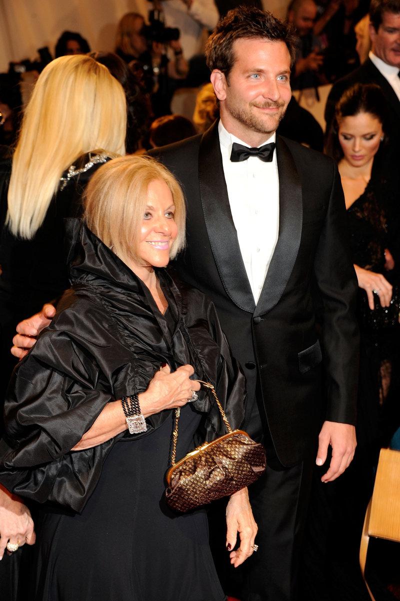 Μπράντλεϊ Κούπερ με την μητέρα του Γκλόρια, σε βραβεία