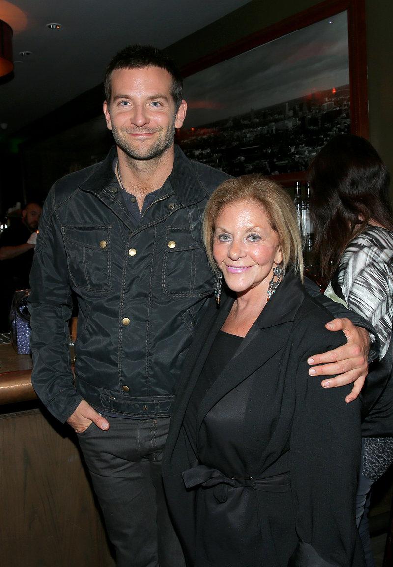 Μπράντλεϊ Κούπερ με την μητέρα του Γκλόρια, σε μπαρ