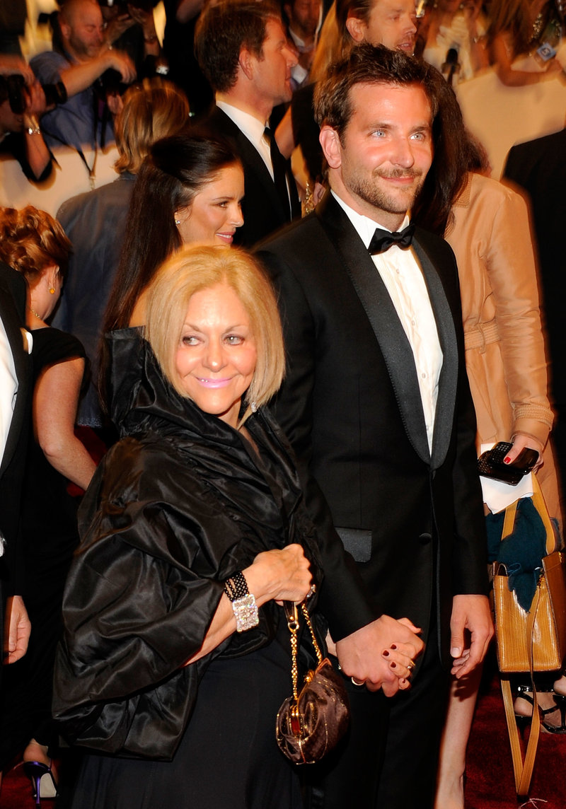 Μπράντλεϊ Κούπερ με την μητέρα του Γκλόρια χεράκι χεράκι