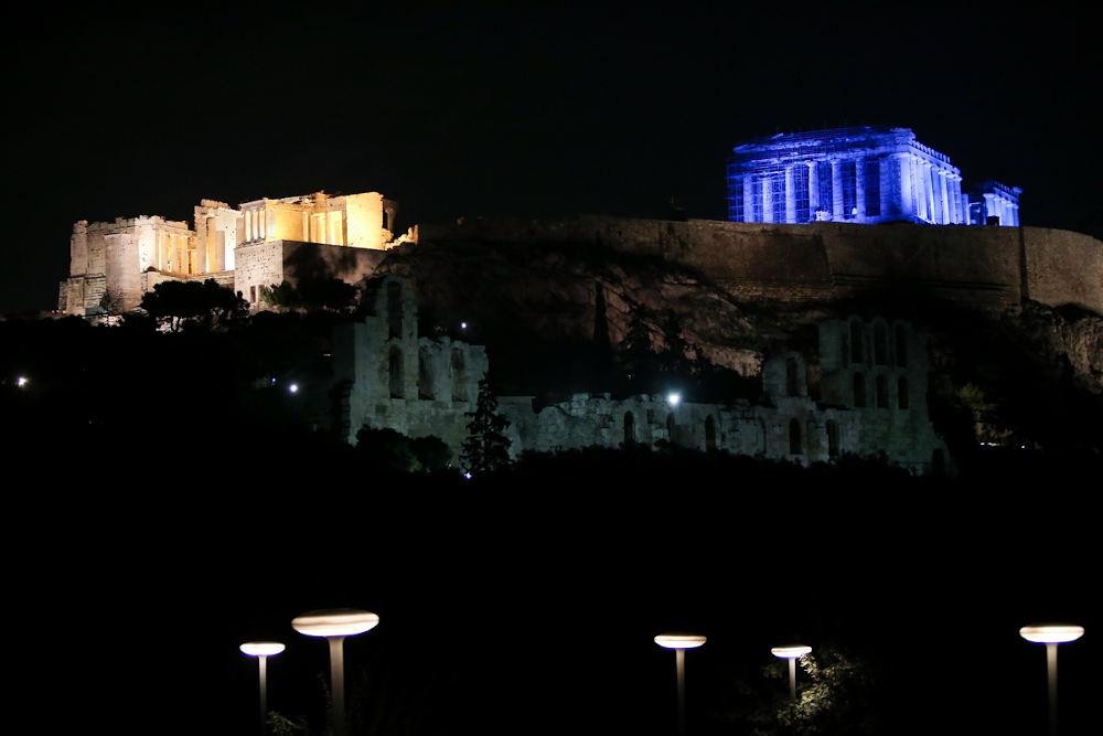Εντυπωσιακή η εικόνα της Ακρόπολης στα μπλε το βράδυ της Τετάρτης