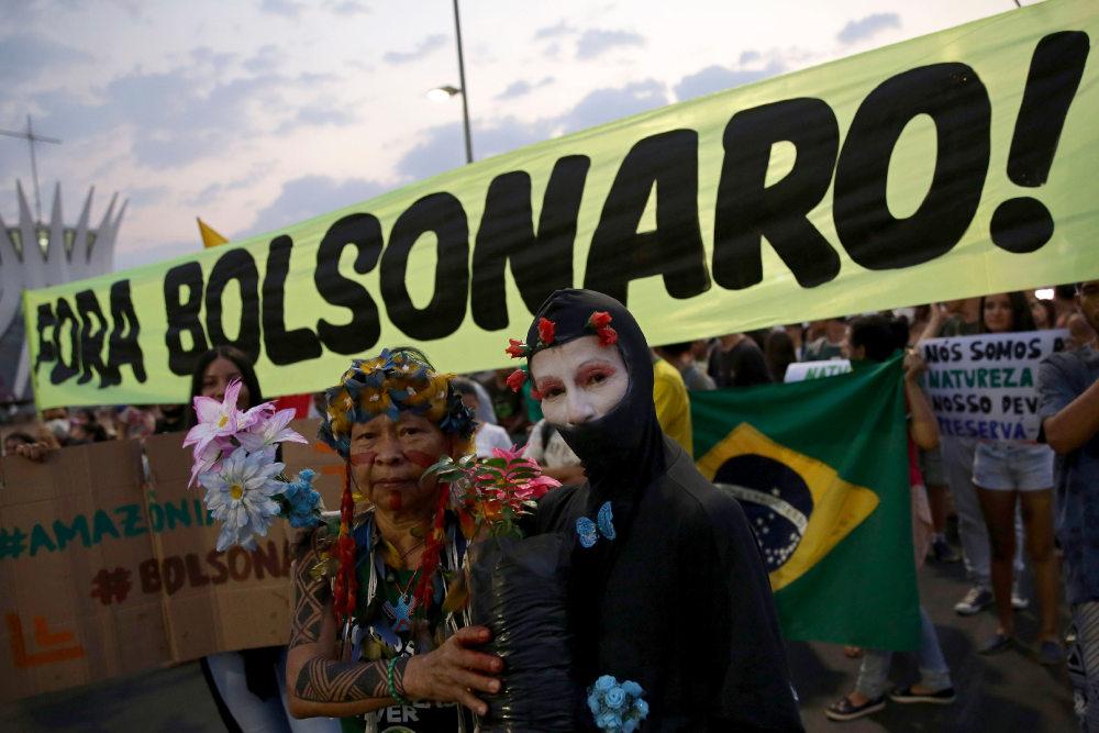 Διαδηλωτές στη Μπραζίλια της Βραζιλίας διαδηλώνουν για την κλιματική αλλαγή και εναντίον του Ζαΐχ Μπολσονάρου