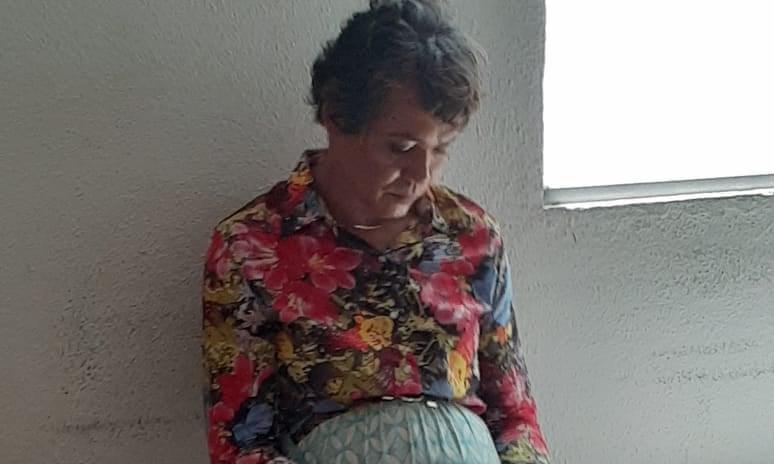 Ο Χεϊτόρ Μάρτσιο Σκιάβε με σκυμμένο κεφάλι ντυμένος ως γυναίκα στο αστυνομικό τμήμα της Βραζιλίας