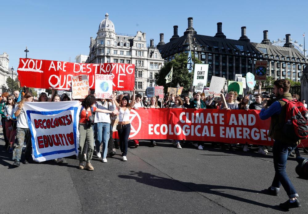 «Δεν υπάρχει Πλανήτης Β», έγραφε ένα πανό μιας νεαρής γυναίκας στο Λονδίνο στις διαδηλώσεις για την κλιματική αλλαγή