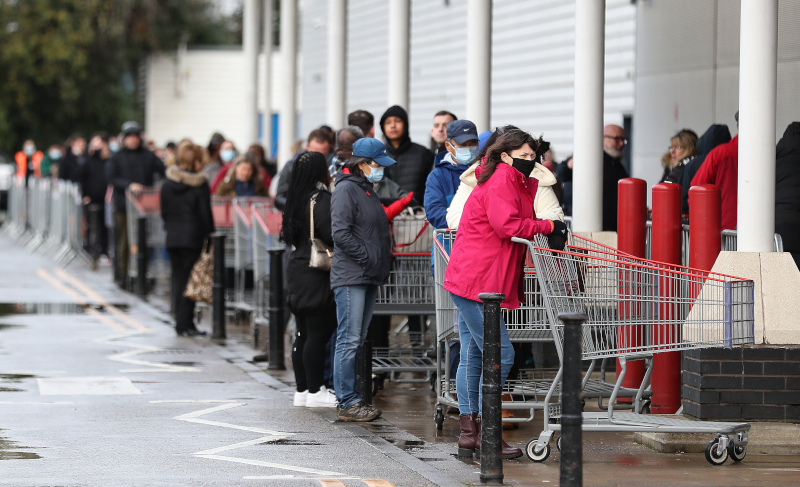 Βίντεο: Πανικός στη Βρετανία, ουρές σε σουπερμάρκετ και χασάπικα -Φοβούνται μην ξεμείνουν από τρόφιμα