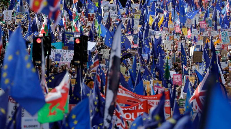Πλήθος κόσμου είχε συγκεντρωθεί έξω από το βρετανικό κοινοβούλιο κατά τη διάρκεια της συνεδρίασης / Φωτογραφία: AP